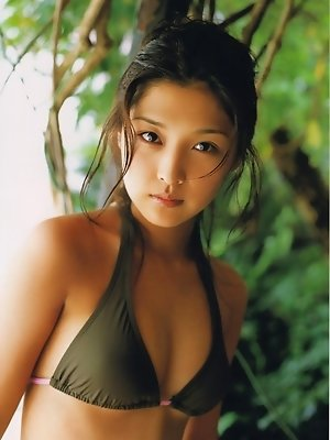 Gravure idol is enchanting in a pink or green bikini at the beach